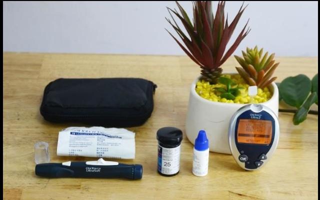 Một bộ máy đo đường huyết One Touch Ultra đầy đủ
